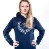 Hünsche Frau im sportlichem Hoodie fürs Reiten mit Glitteraufdruck