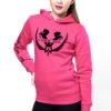 Junge Frau im Pinken Hoodie fürs Reiten