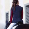 Junge Frau mit Reitsakko in Navyblau mit Rot mit Pferd