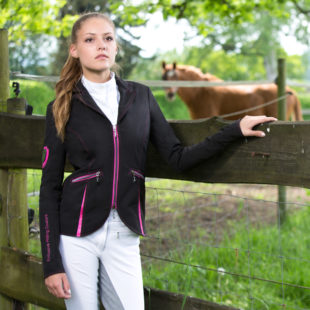 Reiterin im modernen Turnieroutfit mit Pferd luxuriös