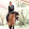 Frau mit schönem Pferd trägt einen lässigen Hoodie
