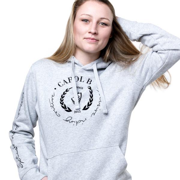 Junge Frau im Reithoodie in Grau mit Aufdruck