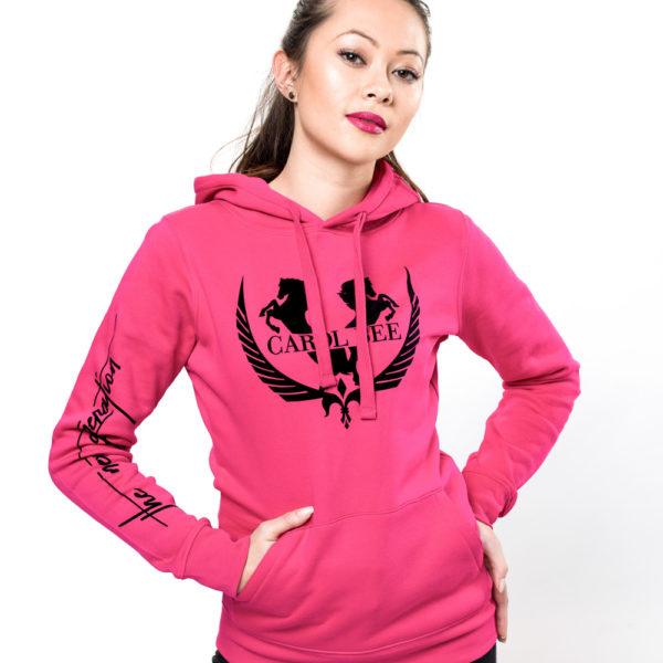 Junge Frau mit Kapuzenpullover in Pink fürs reiten
