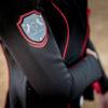 Turnierreiterin trägt ein aufregendes Sakko in Schwarz mit roten Details