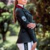 Junge Reiterin mit luxuriösem Turnierjacket in Schwarz mit Samtkragen