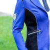 Moderne Reiterin im Turnierjacket in Royalblau und Schwarz mit Strass