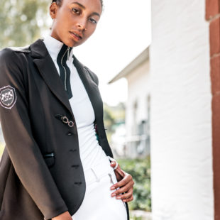 Reiterin mit schwarzem Turniersakko und eleganten Details