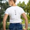 Junge Reiterin im modernen T-Shirt mit Aufdruck