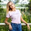 Junge Reiterin im modernen T-Shirt in Rosa mit Aufdruck