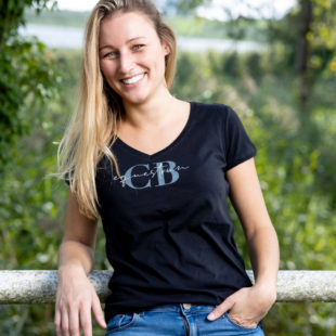 Junge Reiterin im modernen T-Shirt Schwarz mit Aufdruck