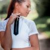Schöne Frau mit Kurzarmshirt mit Strass am Kragen