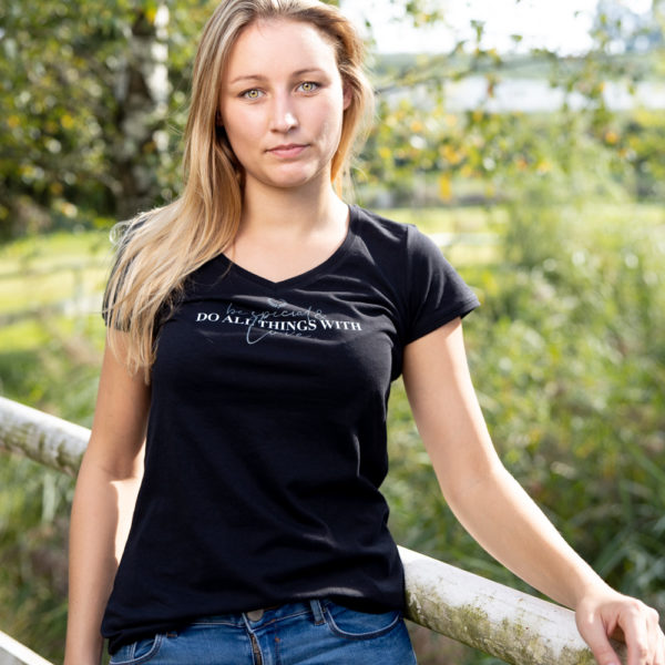 Frau mit Kurzarmshirt in Schwarz mit Schriftzug als Aufdruck
