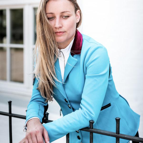 Sinnliche Frau mit tollen Augen und modernem Turnierjacket in Blau