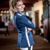 Junge Frau mit modernem Turnieroutfit in Navyblau