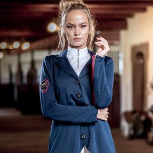 Reiterin mit Navyblauem Turniersakko und eleganten Strass-Details