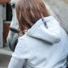 Frau und Pferd mit Hellgrauem Kapuzenpullover