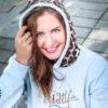 Lachende Frau mit Pullover mit Leopardenmuster