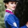 Sinnliche Frau mit Pferd und besonderem Reitjacket