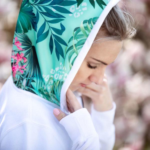 Junge Frau präsentiert einen Hoodie für den Reitsport, Detailansicht